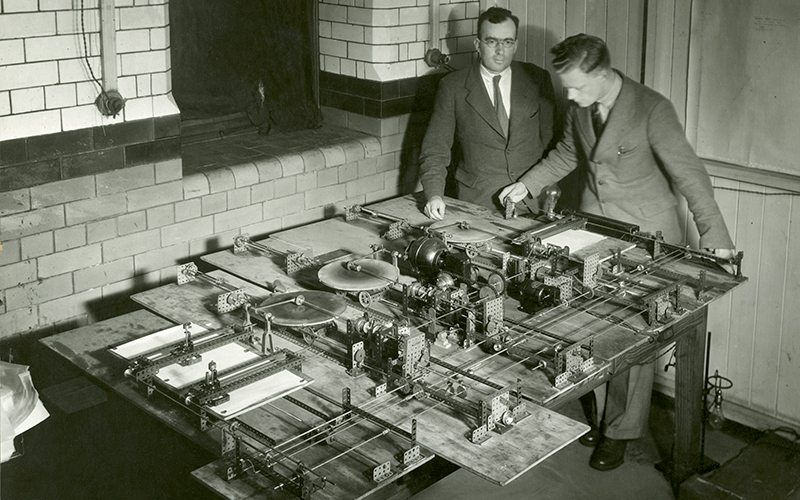 Hartree and Porter working on the British Differential Analyser